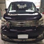 自動車ガラス交換、トヨタ ヴォクシー   フロントガラス交換(コートテクト)施工で入庫。