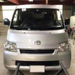 自動車ガラス交換、トヨタ タウンエース フロントガラス交換(輸入ガラス)施工で入庫。