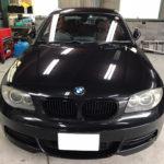 自動車ガラス交換、BMW   1シリーズ フロントガラス交換(サンテクト)施工で入庫。