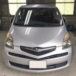 自動車ガラス交換、トヨタ ラクティス フロントガラス交換(輸入ガラス)施工で入庫。