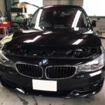 自動車ガラス交換、BMW   3シリーズ フロントガラス交換(純正ガラス)施工で入庫。
