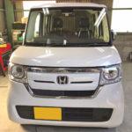 自動車ガラス交換、ホンダ N BOX フロントガラス交換(輸入ガラス)施工で入庫。