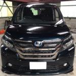 自動車ガラス交換、トヨタ ヴォクシー フロントガラス交換(輸入ガラス)施工で入庫。