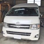 自動車ガラス交換、トヨタ ハイエースワイド フロントガラス交換(サンテクト)施工で入庫。