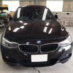 自動車ガラス交換、BMW   3シリーズ フロントガラス交換(輸入ガラス)施工で入庫。