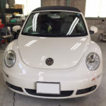 自動車ガラス交換、VW ビートル フロントガラス交換(純正ガラス)施工で入庫。
