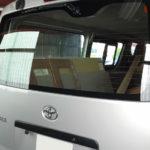 自動車ガラス交換、トヨタ ハイエース リアガラス交換(輸入ガラス)施工で入庫。