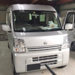 自動車ガラス交換、日産 クリッパー(NV100) フロントガラス交換(輸入ガラス)施工で入庫。