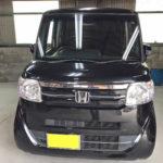 自動車ガラス交換、ホンダ N-BOX フロントガラス交換(輸入ガラス)施工で入庫。