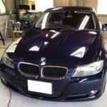 自動車ガラス交換、BMW   3シリーズ フロントガラス交換(サンテクト)施工で入庫。