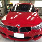 自動車ガラス交換、BMW   320i フロントガラス交換(輸入ガラス)施工で入庫。
