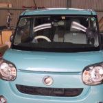 自動車ガラス交換、ダイハツ ムーヴキャンバス フロントガラス交換(輸入ガラス)施工で入庫。