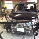 自動車ガラス交換、トヨタ エスクワイア フロントガラス交換(輸入ガラス)施工で入庫。