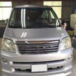 自動車ガラス交換、トヨタ ノア フロントガラス交換(輸入ガラス)施工で入庫。