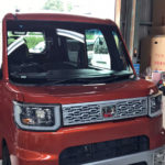 自動車ガラス交換、ダイハツ ウェイク フロントガラス交換(サンテクト)施工で入庫。