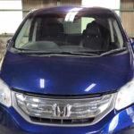 自動車ガラス交換、ホンダ フリード フロントガラス交換(輸入ガラス)施工で入庫。