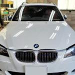 自動車ガラス交換、BMW   5シリーズツーリング フロントガラス交換(サンテクト)施工で入庫。